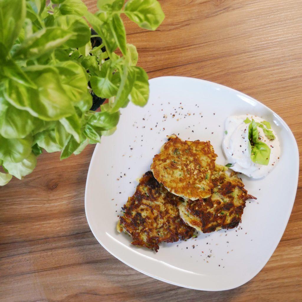 Zucchini-Kartoffel-Puffer mit Basilikum-Kräuterquark